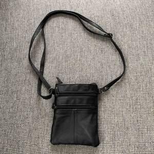 Svart väska i storlek 13x18. Flera fack med justerbara band. Väskan är i nyskick🌟  Möts upp i brommaplan eller stockholm city. Frakt tillkommer.🌷