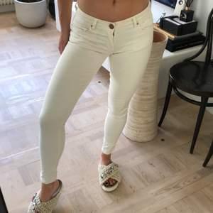Vita jeans i lite tjockare material från Zara. Strl 34. Frakt tillkommer 63kr