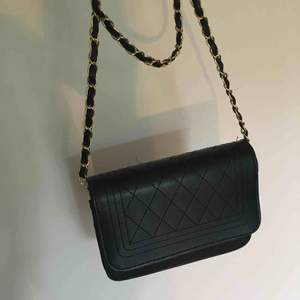 Snygg väska som funkar lika bra till shopping som fest🥰 Kan mötas upp och frakta, då tillkommer frakt🎀