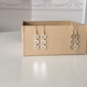 Enkla och charmiga örhängen med tre hjärtan på varje. Jag och syrran har haft likadana men dags för dem att vandra vidare. 20kr/par eller 10kr vid köp av annat.