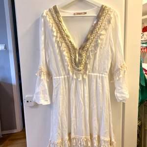 Oanvänd klänning från Azara Paris strl M - mötes i Sthlm innerstad/söder ut annars står du för frakt