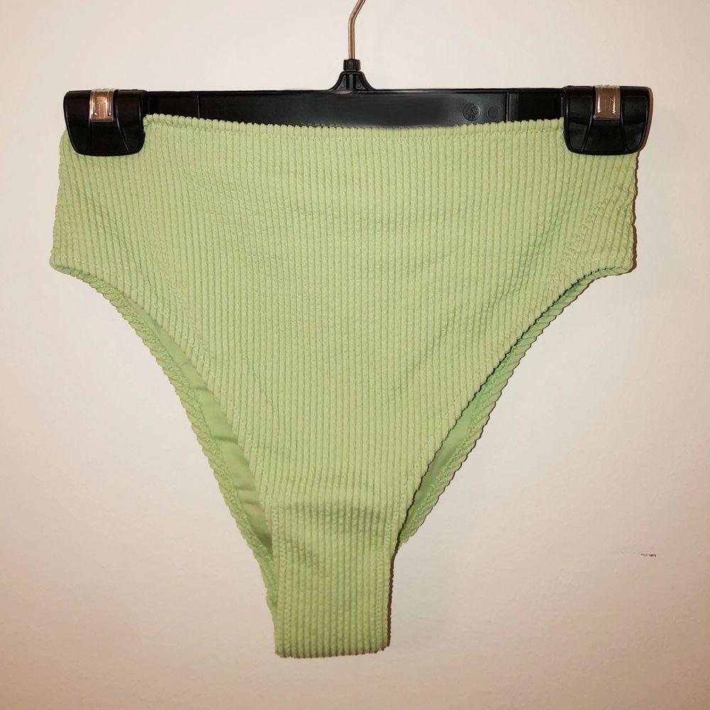 Supersöt trendig, pastellgrön bikiniunderdel från H&M. Den är oanvänd (endast provad)och skyddet sitter kvar.👙 Köptes för 99kr, jag säljer för 70. Köparen står för frakt💜. Övrigt.