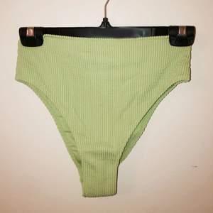 Supersöt trendig, pastellgrön bikiniunderdel från H&M. Den är oanvänd (endast provad)och skyddet sitter kvar.👙 Köptes för 99kr, jag säljer för 70. Köparen står för frakt💜