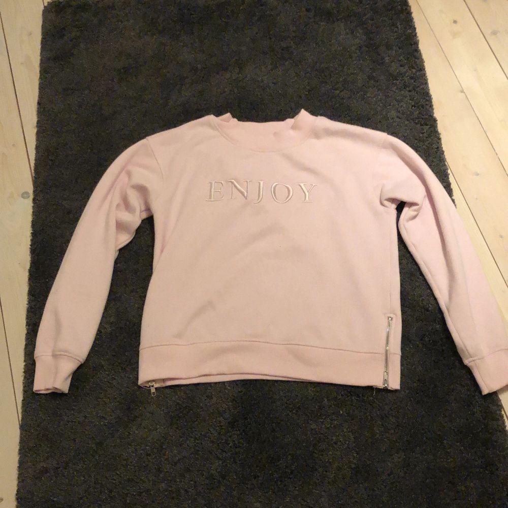 Säljer denna fina ljus rosa tjocktröjan❤️ mycket var skick . Huvtröjor & Träningströjor.