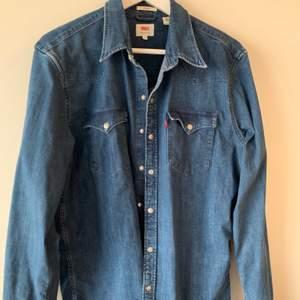 Supersnygg jeanskjorta från Levis! Nästintill oanvänd och ser ut som ny. Köpare står för frakt.