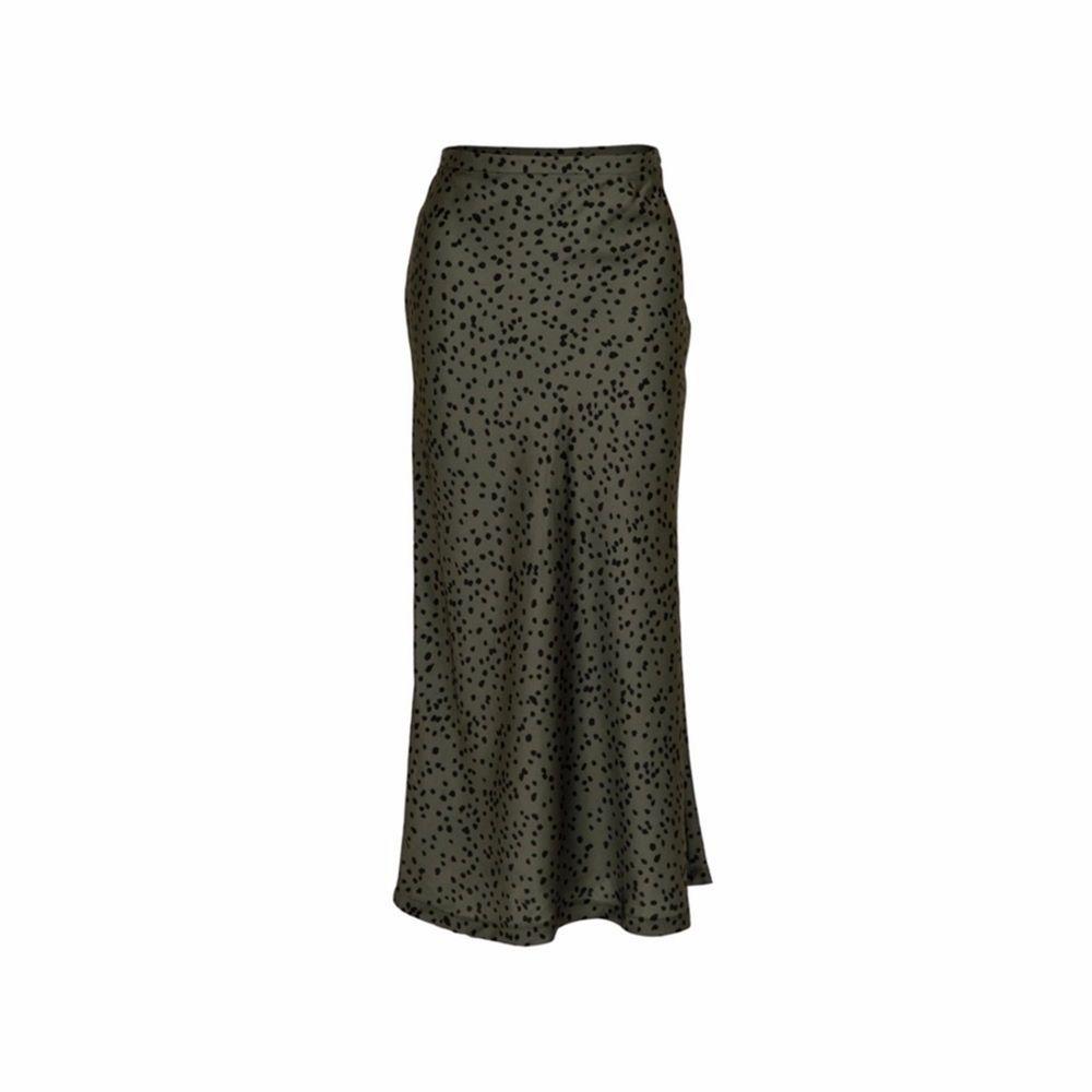 Grön Neo Noir kjol med svarta prickar, endast använd nån enstaka gång. Köpt för 749kr. Kjolar.