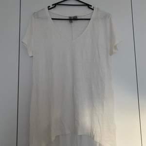 Vit T-shirt från HM i storlek M, knappt använd då den är för lång för min smak