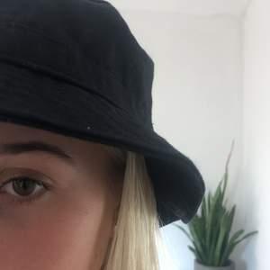 Säljer den Svarta fisk hatten, mycket bra skick
