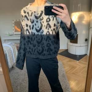 Världens skönaste (ej stickig/kli-ig) tröja! Grå och svart med lite leo-mönster. Storlek S (från Mango) och säljes för 200kr🦓🐅🐆🦒🐆🦁
