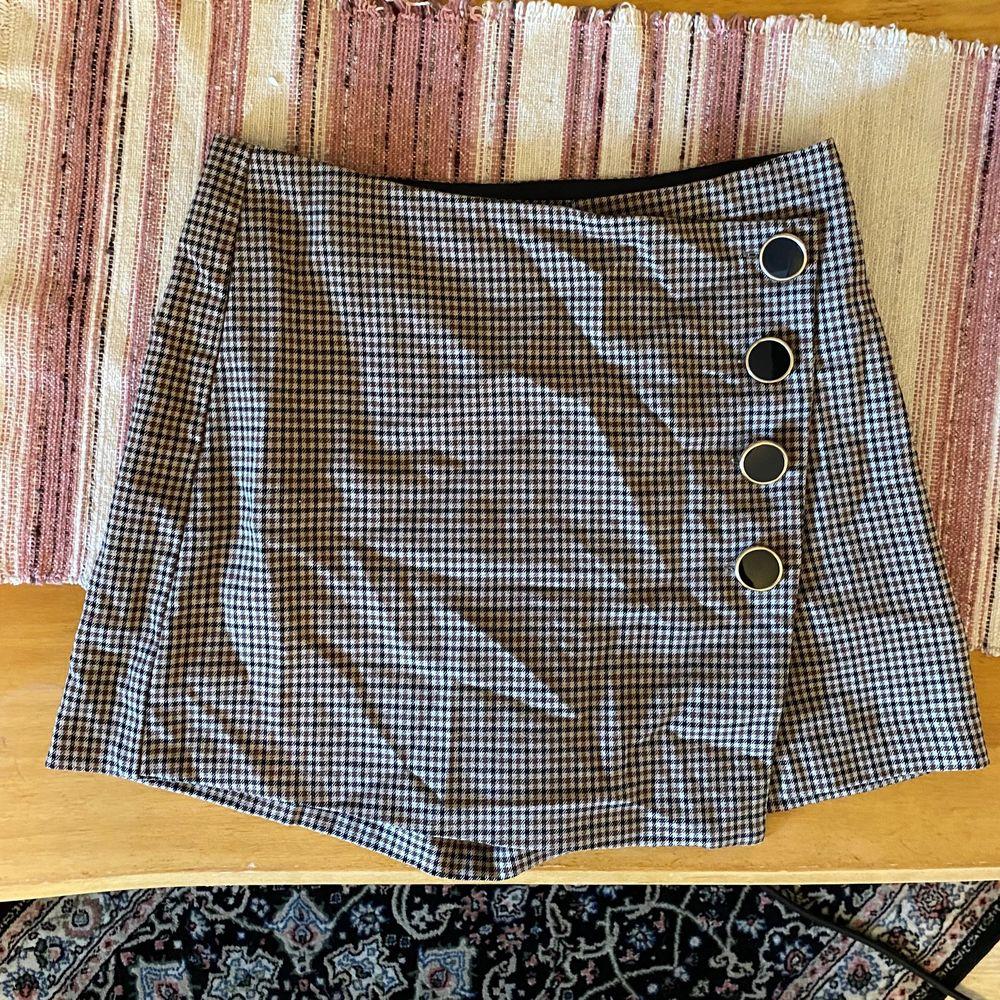 Rutig kjol/shorts, frakt: 63kr💞. Kjolar.