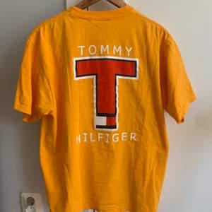 Säljer min senapsgula vintage t-shirt ifrån Tommy Hilfiger. Super fin men får tyvärr inte den användning den förtjänar pga att den är för stor för mig. Jag köpte den på en vintage butik i USA i november förra året, då köpte jag den för ca 650kr. Om det är så att många är intresserade så vinner det högsta budet!