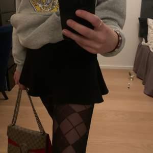Slutsåld kjol från zara, svart med shorts under. Det är en dragkedja och knytning, dragkedjan är lite seg ibland men inga problem. ✨✨✨
