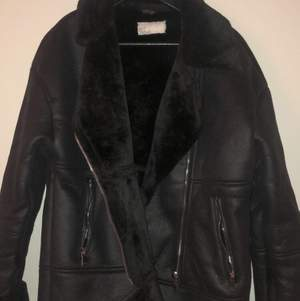 Jättemysig oanvänd jacka som passar t både hösten och vintern. Säljs då den är för stor.. silver detaljer, pris diskuteras om många har intresse🥰🥰