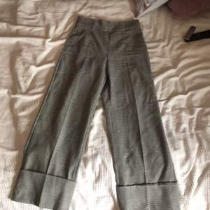 Välldigt fina och frächa kostymbyxor! Knappt använda.  Det är en liten tygbit som är lös på benet som lossnade när jag köpte byxorna.  Men den är ditsatt med nål, och är lätt att sy ihop.
