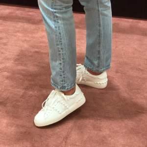 INTRESSEKOLL! Valentino Rockstud sneakers, storlek 37. Inköpta på Mytheresa för 5 månader sen, knappt använda. Har äkthetsbevis. Kan skicka fler bilder på DM vid intresse. Ursprungspris: 6 500:-