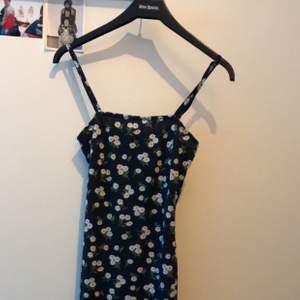 Så fin tajt klänning som sitter så fint. Går till knäna på mig som är 160. Aldrig använd. Skulle säga XS/XXS