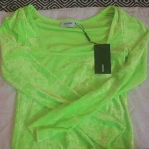 😃Skit snygg neon grön tröja från weekday, med Y2k/90s rave vibes. Helt oanvänd, säljer pga av att den är allt förstor. Det står XS men den e nog närmare S.😃