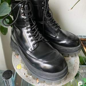 Svarta boots i skinn med grov sula från Eytys co-lab med H&M. Sparsamt använda och fint skick! Storlek 42.