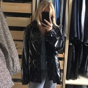 Säljer denna lackade jacka från hm, frakt 88kr!