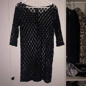 svart från only. jättefin med figurformad klänning under men också annat. trekvartsärm typ.