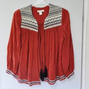 Knappt använd kofta/tröja som är fin skick, storlek 34, frakt 66kr   (ny pris 300kr)  Finns att hämta i Partille.