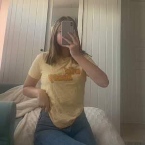 """Säljer denna t-shirt från Gina tricot med trycket """"Wild Honey"""". Älskar denna t-shirt men har tyvärr blivit lite för liten! Säljer den för 70 kr så börja buda! Köparen betalar för frakt!"""