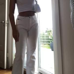 Säljer mina AS SNYGGA raka vita jeans från det fina märket Prêt à Porter!! Jeansen är i mycket gott skick och i strl 40 men sitter snyggt på mig som är 38 (jag är 172 cm)💕 andra bakfickan har en liten detalj, skriv för bild. Frakt på 70 kr tillkommer!