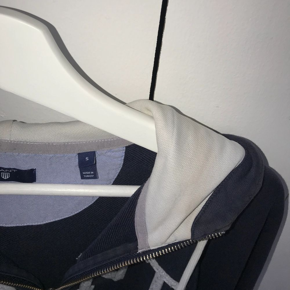 Hoodie från gant i storlek S, har lite missfärgningar i luvan (se sista bilden) men det är ingenting man tänker på😊. Huvtröjor & Träningströjor.