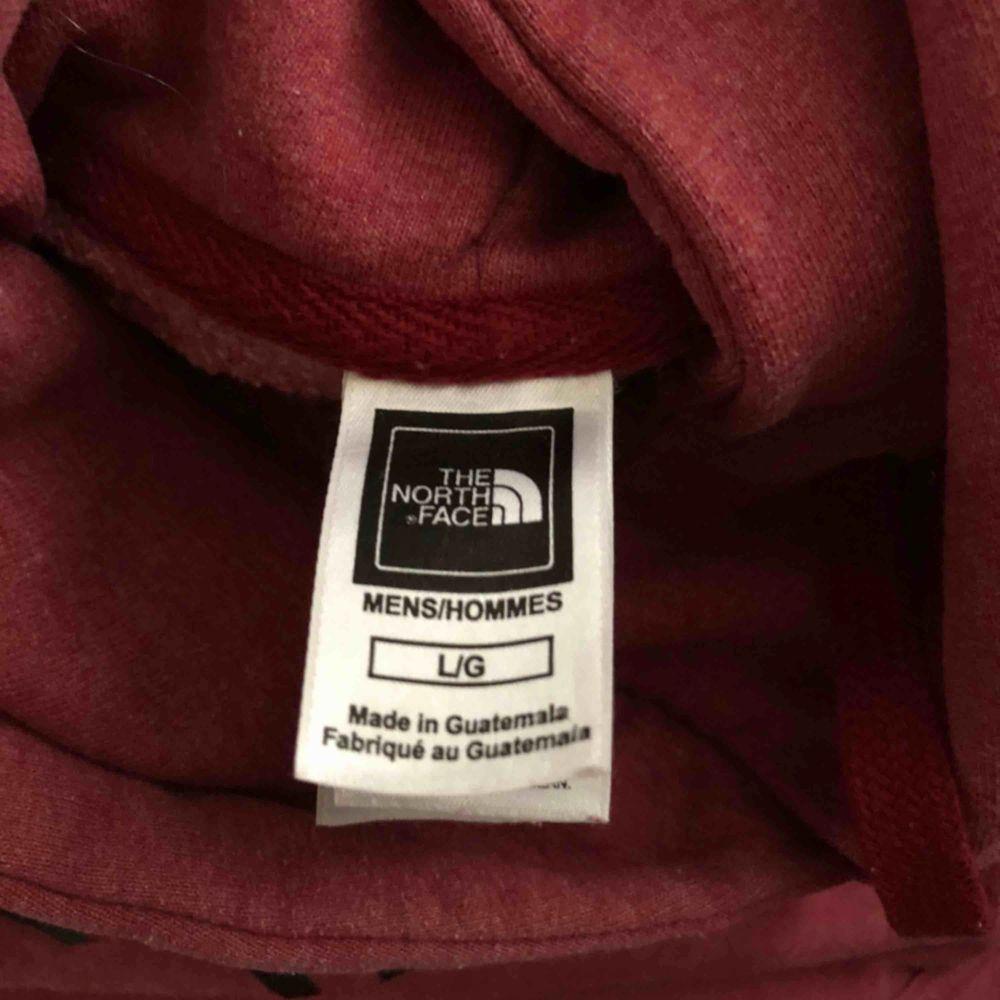 Hoodie från The North Face. Mötas eller köpare står för frakt💕  (Lite vit färg som ej går bort på baksidan av ärmen, bild). Huvtröjor & Träningströjor.