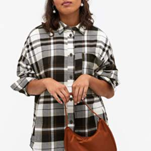 Helt ny & oanvänd skjorta ifrån monki! Den är så sinnessjukt cool men den kommer tyvärr inte till användning 😭 250kr inklusive frakt! (300 var nypris +frakt)