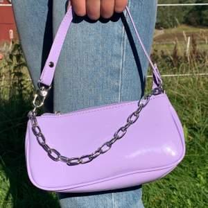 En snygg  ä trendig baguettebag! Helt ny och oanvänd! Buda i kommentera!! Buda från 100kr💞💞 köparen står för frakt!