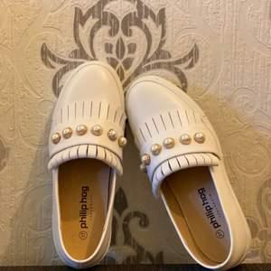 """Säljer mina helt nya och oanvända Philip Hog """"loafers"""" liknande vita skor. Köpare står för frakten."""