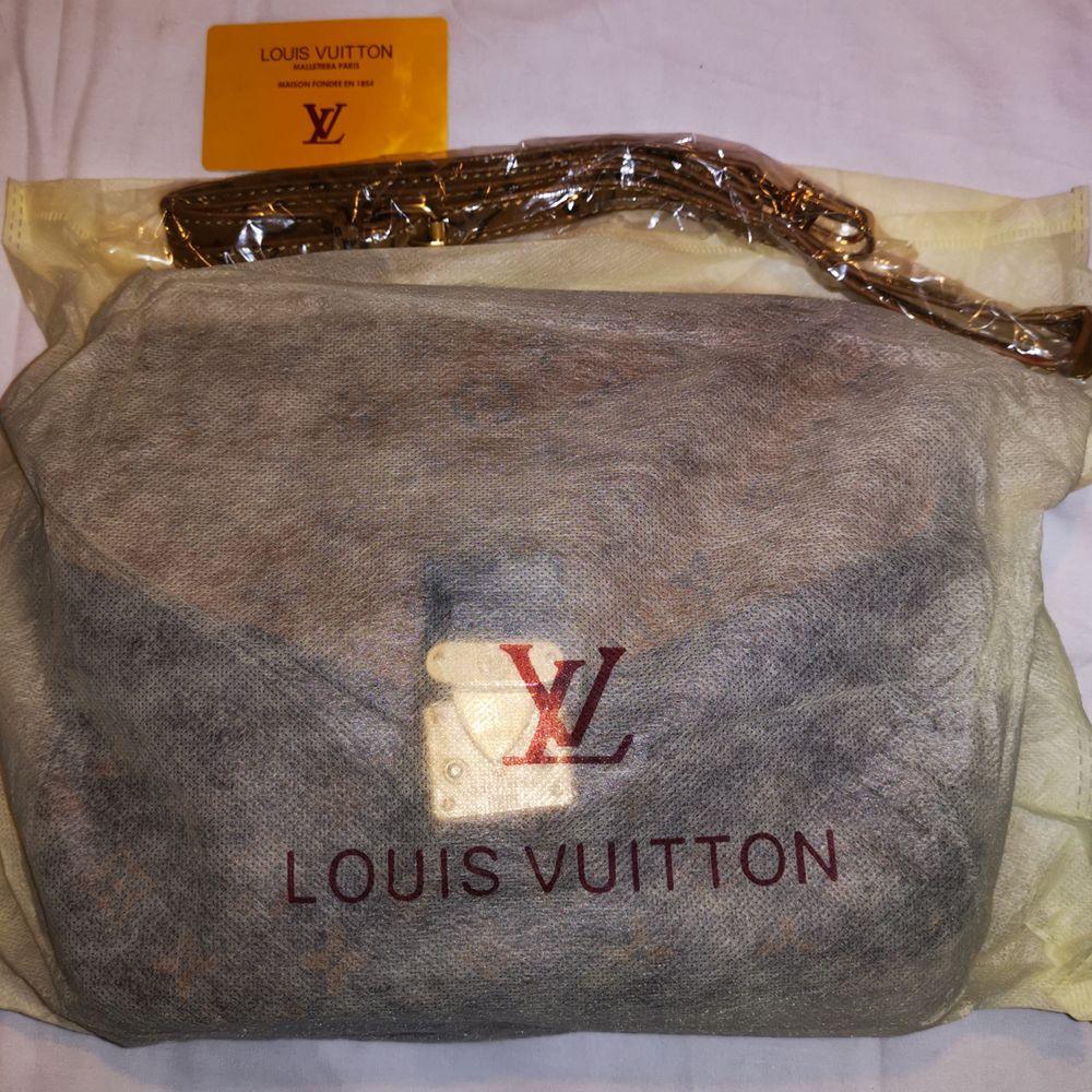 Oanvänd MC-handväska av Louis Vuitton. Kartongen saknas då den skadats. Snabbast och mest realistiska bud vinner, ej fast pris. Skickas spårbart kostnadsfritt så fort betalning inkommit. . Väskor.