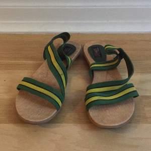 Sandaler med grön-gula tygremmar. Platt sula. Storlek 38. Säljes pga lite för stora