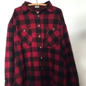 Klassisk skjorta från märket TORO. I snyggt, vintage skick och med 100% bomull!  Märkt storlek XL, passar en MEDIUM, LARGE.