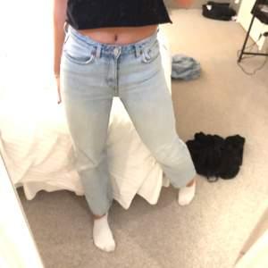 Jättesnygga jeans från weekday köpt av en tjej här på plick. Tyvärr tyckte jag dom va lite för korta på mig som är 172cm och om man vill ha dom ganska långa kommer dom nog passa väldigt bra på nån som är 160-167💕 dom är i superbra skick. Köparen står för frakt på 80kr