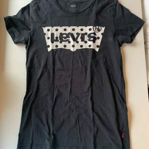 Budgivning i kommentarerna, från 80kr, frakt ingår ej. Jag säljer en svart t-shirt med vitt tryck i st XXS från Levi's. Skulle säga att den passar på XS också. Fint skick, super skön. Swipe för fler bilder.