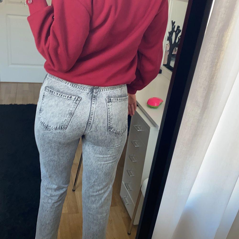 Mom jeans från Gina Tricot i storlek 36. . Jeans & Byxor.