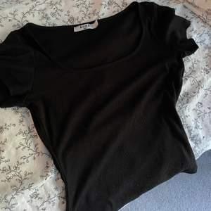 Ribbad t shirt från nakd använd ca 2 gånger, storlek S men passar Xs också, urringad där fram