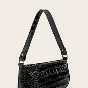 Säljer denna helt oanvända väska! Kommer inte ihåg vart jag köpt den, men den är sjukt snygg! Frakt tillkommer