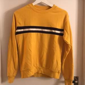 En gul collegetröja storlek XS,  mörkblå och vit rand  på framsidan. Tröjan är i bra skick! Säljer för att jag inte använder den längre. Mötes upp i Centala Uppsala alt köparen står för frakt.