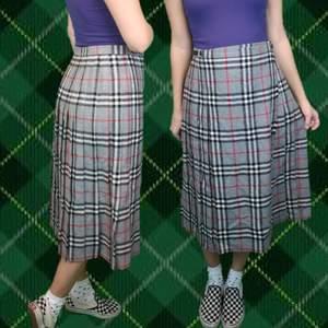 Så söt lång kjol som man knäpper med kiltstägning så den är liksom som en omlottkjol. Som minsta mått kan man spänna kjolen till cirka 79 cm, sedan kan man också spänna ut den några mer centimeter. Nederdelen stängs ihop med en stor säkerhetsnål precis som det brukar göras på kiltar. 100% bomull och endast kemtvätt! Frakt för denna ligger på 63 kr, samfraktar gärna 👍😊