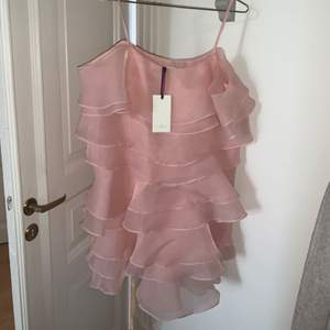 Cami dress från By Malina  Helt ny klänning med lapp kvar. Fin puderrosa färg. Känns väldigt lyxig i materialet. Fungerar både till bröllop som en somrig utekväll.   Nypris ca 2.000kr
