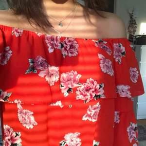 Jättefin röd off-shoulder blus med blommor. Köpte den för 250kr. Använd en gång så i nytt skick! Har även i vit!!  Kan mötas upp i Uppsala eller frakta🥰