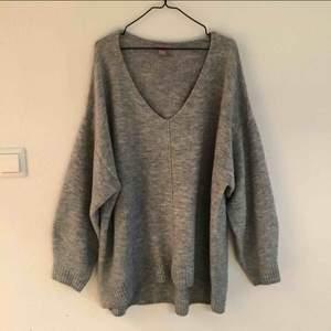 Grå stickad tröja från H&M. Använd fåtal gånger och i väldigt bra skick. Lite mindre i storleken så närmare L. Köpt för 200 kr ungefär. Finns i Stockholm för att mötas upp, om du vill ha den skickad så står du för frakten!✨