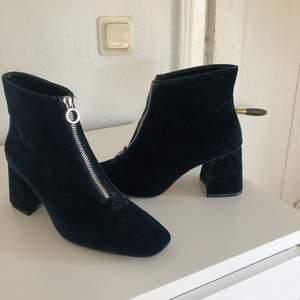 Snygga boots ifrån zara, knappt använda är som nya. Färgen är mörkblå med Manchester effekt. Frakt tillkommer :)