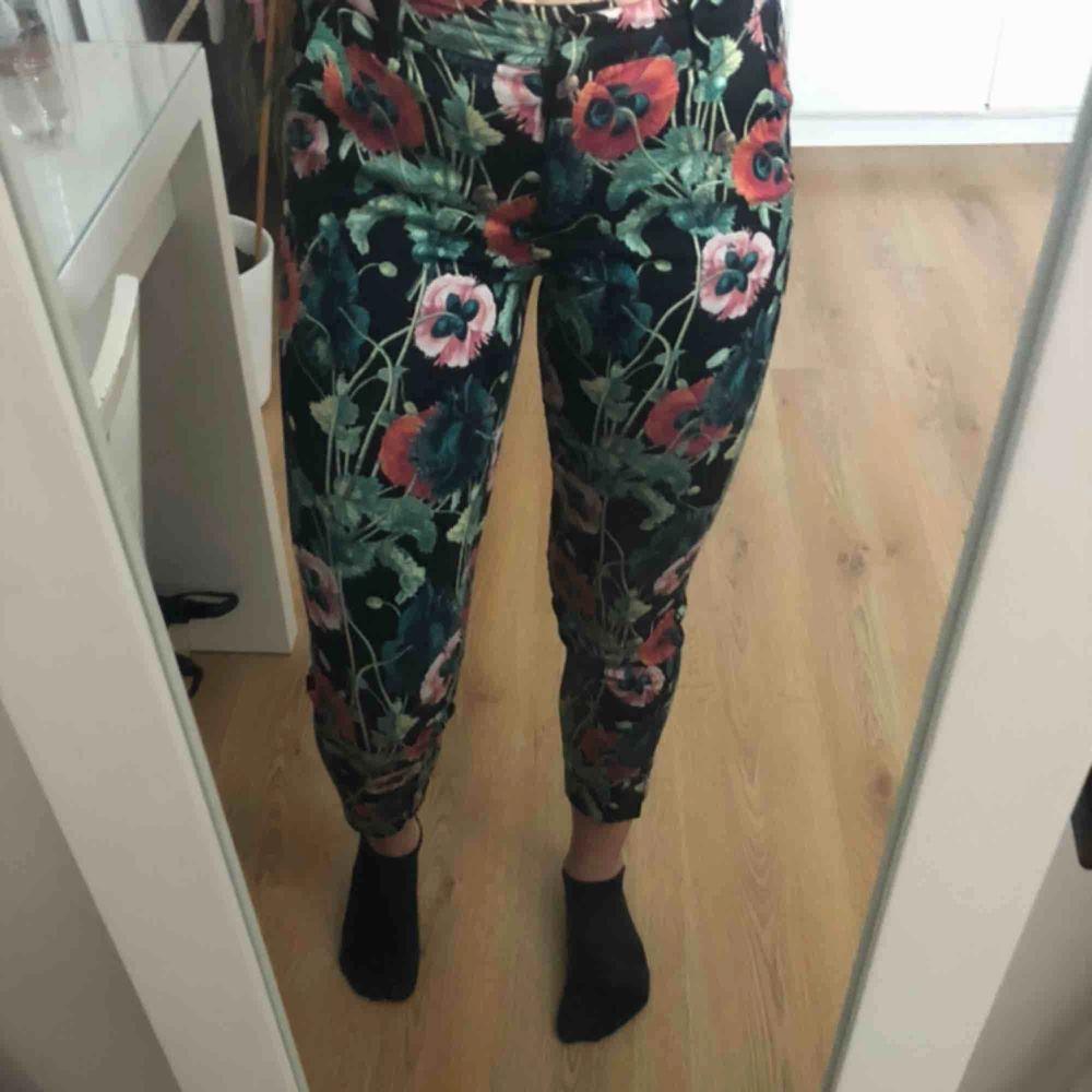 Blommiga kostymbyxor från H&M, är i storleken 34 men passar mig som har 38! Väldigt mjuka och strechmaterial  . Jeans & Byxor.