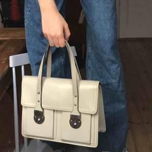 Söt beige handväska i superskick! Köpt i vintagebutik men ser ut som ny! Har två lås så den är väldigt säker för snatteri också💕💕