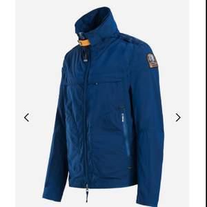 Säljer en Parajumpers jacka som aldrig har blivit använd, den har också alla original taggar kvar. Priset kan diskuteras och flera bilder kan skickas  Org. Pris runt 5000kr