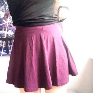 Mörklila kjol från h&m, aldrig använd endast provad!